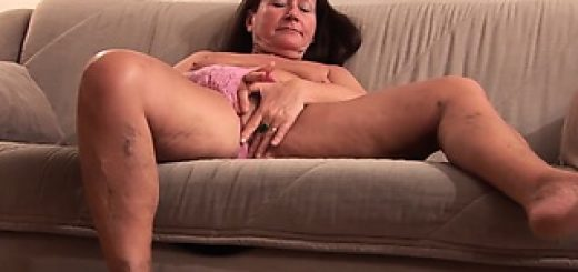granny-loves-fucking-her-big-toy-and-show-it-all_01