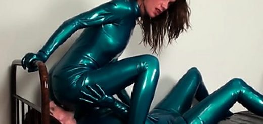two-sexy-amateur-lesbian-latex-lovers-fucking_01